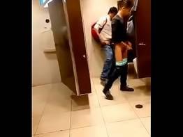 Flagrou e filmou casal de namorados no banheiro fodendo