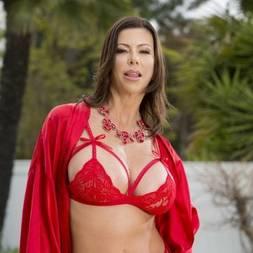 Alexis Fawx provocante de lingerie vermelha