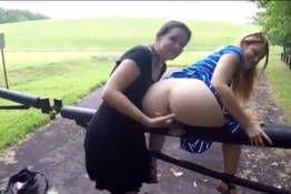 Novinha brincando com o cu da amiga.