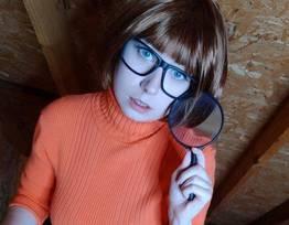 Velma pelada no cosplay da Usatame