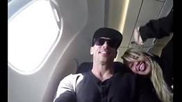 Casada no avião fazendo boquete