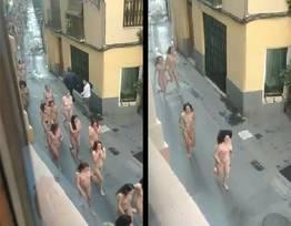 Mulheres andando completamente nuas na cidade