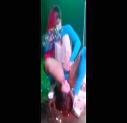 Pecadora do funk esfregando a buceta na cara da novinha no palco do baile