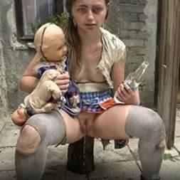 Garota possuída mijando e se martubando