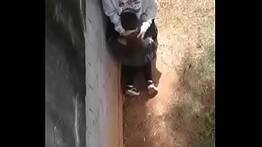 Cabulam aula pra treparem por trás do muro e são filmados