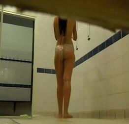 Espiando a gostosa novinha tomando banho