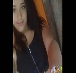 Exibida safada na live mostrando a calcinha