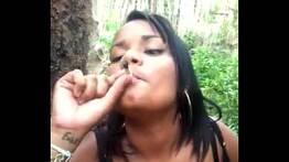 Fumando maconha e pagando boquete