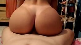 Prima novinha senta de costas em cima da rola dura