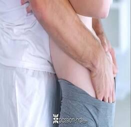 Pornolandia passando gostoso a mão na bundinha dessa branquinha