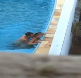 Casal flagrado transando em piscina do hotel - Casais Amadores