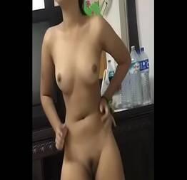 Caseira dançando completamente nua e pegando na bct