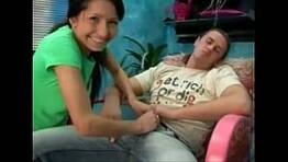 Latina se aproveita do primo que dorme