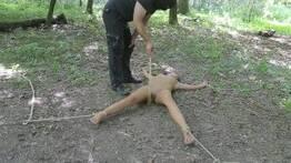 Novinha querendo foder arramada na floresta