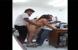 Caiu na net professora na seca dando para dois alunos