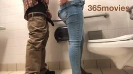 Comendo colega de trabalho no banheiro