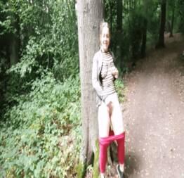Menina da faculdade adora aventuras ao ar livre