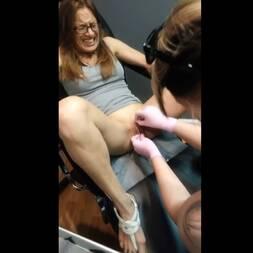 Mulher não se aguenta e goza colocando piercing no grelo
