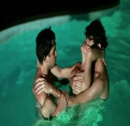 Sexo a três na piscina no filme o animal sonhado