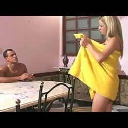 Abriu a toalha na frente do cunhado e pediu madeira