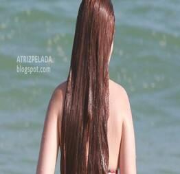 Larissa Manoela flagrada de fio dental na praia, uma delícia de mulher