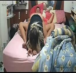 Vagabunda sentando no pau do cara na cama