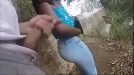 Homem safado seduziu mulata na rua mostrando a pica