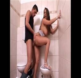 Jardineiro come a filha do patrão no banheiro