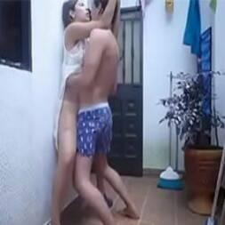 Mãe e filho transando no quintal assim que o pai saiu para trabalhar
