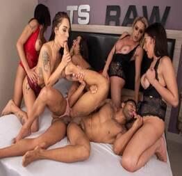 Passivo puto encarou 6 travestis na suruba