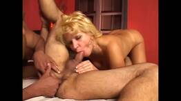 coroa Amanda Bourbom dando p os amigos gay