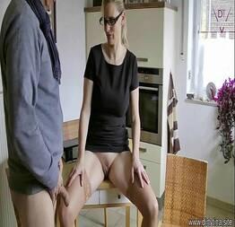 Esposa safada dando na cozinha