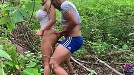 Levou a amiga pro meio do mato e meteu a pica sem dó