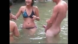Putaria com as primas safadas no banho de rio