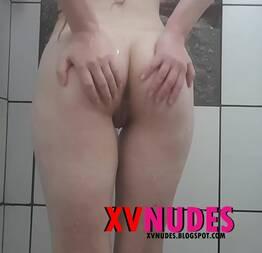 Branquinha se masturbando tomando banho