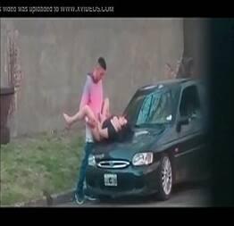 Flagrados fudendo na rua ela dando no capu do carro