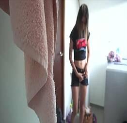 Latina ninfeta Luciana seduzindo no banheiro