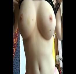 Novinha dos peitos grandes e mamilos bem durinhos