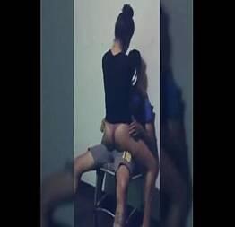 Novinha rebolando no colo do amigo do namorado dela