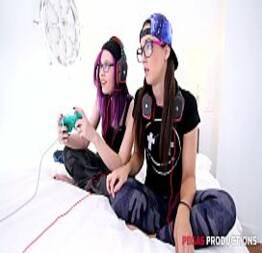 Novinhas Youtubers jogando Playstation e fazendo sexo