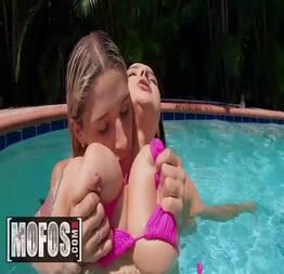 Safada Abella Danger se pegando na piscina com a gatinha - Hot Pepper