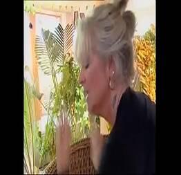 Safado do jardineiro fode a sua patroa madura