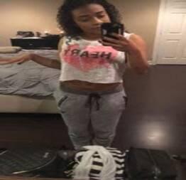 Sexy Ebony Babe tira selfpics de seu corpo quente