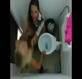 Amigas lésbicas no banheiros e pegando