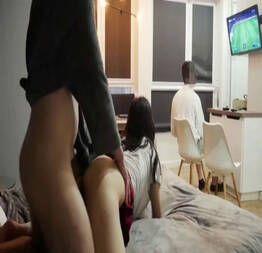 Enquanto o namorado joga, ela se diverte com o amigo dono do videogame