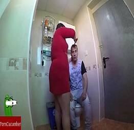 Filma escondido no banheiro sacanagens com a madura