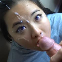 Japa linda olhos azuis fazendo gargarta profunda ganhou leitinho