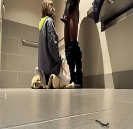 Mulher dando para um estranho no banheiro público