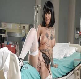 Magrinha tatuada se masturbando