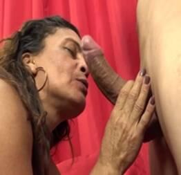 Mulher cinquentona chupando a rola dura do novinho